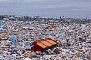 Обычная городская свалка в России — море пластиковой упаковки